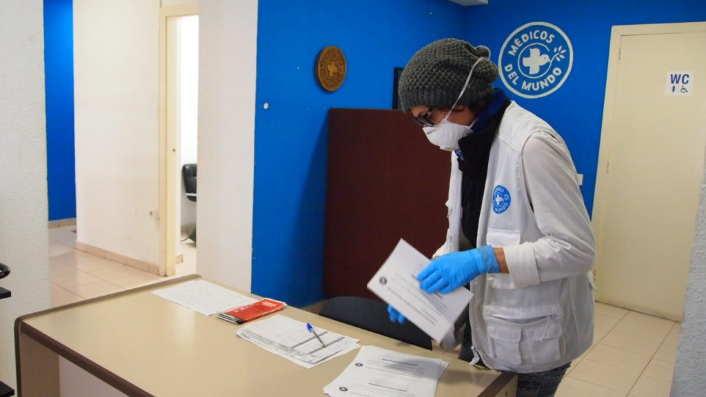 Voluntaria preparando materiales Covid19